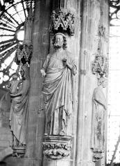 Eglise Saint-Nazaire - Intérieur : statues d'un pilier