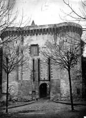 Château et son enceinte - Porte Royale ou châtelet d'entrée (au nord-ouest de l'enceinte) : Façade extra-muros