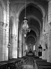Eglise Saint-Pierre - Nef, vue de l'entrée