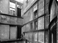 Hôtel Mallet de Vendègre, à Montferrand - Cour intérieure : Angle des façades supérieures