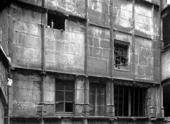 Hôtel Mallet de Vendègre, à Montferrand - Cour intérieure : Façade du premier étage