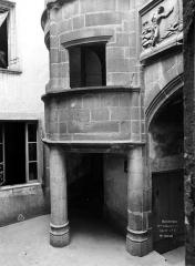 Maison dite d'Adam et Eve, à Montferrand - Cour intérieure : Entrée de la tourelle d'escalier