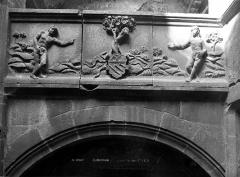 Maison dite d'Adam et Eve, à Montferrand - Cour intérieure : Frise sculptée représentant Adam et Eve