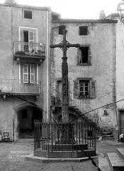 Croix sur la place de l'église - Croix