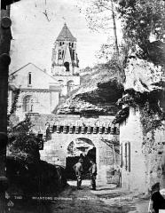 Ancienne abbaye - Ensemble est : Porte des Réformés, abside et clocher de l'église