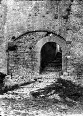 Cité de Carcassonne - Porte de Bourg, à droite de la tour des Wisigoths