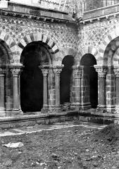 Cathédrale Notre-Dame et ses dépendances - Cloître : vue d'un angle