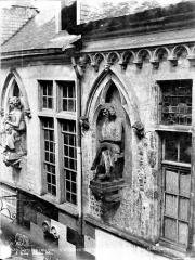 Maison dite des Ménétriers ou des Musiciens - Statue du chef d'orchestre (supposé)