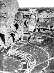 Amphithéâtre (temple dans un hémicyle précédé d'un nymphée) - Gradins (partie gauche du panorama)