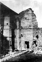 Amphithéâtre (temple dans un hémicyle précédé d'un nymphée) - Mur de scène, côté intérieur