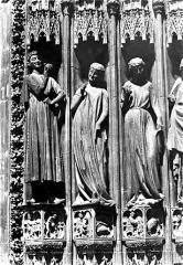 Cathédrale Notre-Dame - Portail sud de la façade ouest. Statues de l'ébrasement gauche : Vierges folles