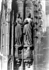 Cathédrale Notre-Dame - Portail sud de la façade ouest. Statues de l'ébrasement droit : Vierges sages