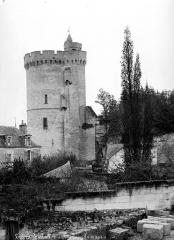 Tour de Trèves - Donjon, côté de la place