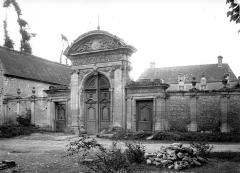 Château de Brécy - Côté vers l' entrée