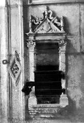 Eglise Saint-Nicolas - Piscine : Tronc ménagé dans la tribune en face de l'escalier