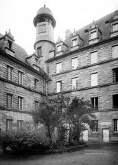 Ancien Collège des Doctrinaires ou ancien collège de jeunes filles - Façade sur cour