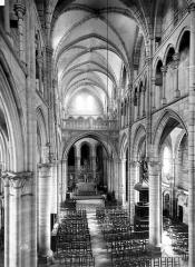 Eglise Saint-Martin (ancienne collégiale) - Nef, vue de l'entrée