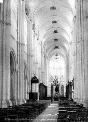 Eglise et chapelle - Nef, vue de l'entrée