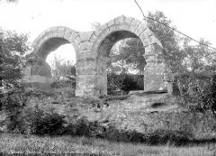 Théâtre romain - Restes de deux arcades