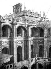 Domaine national de Saint-Germain-en-Laye, actuellement Musée des Antiquités Nationales - Cour intérieure : Loggias, à l'angle nord-ouest