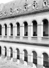 Hôtel des Invalides - Grand cour : Galeries d'arcades