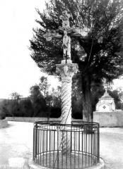 Croix en marbre - Croix située sur le parvis du monastère de Cimiez