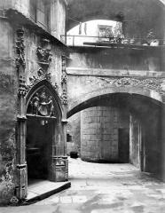 Hôtel Savaron - Cour intérieure : Porte d'escalier et passage voûté