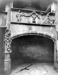 Ancienne maison de l'Annonciation, ou Hôtel Regin, à Montferrand - Cour intérieure : Arcade du rez-de-chaussée et frise sculptée représentant l'Annonciation