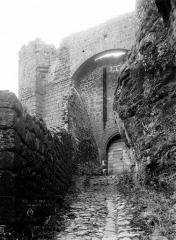 Ruines du château fort - Entrée rue, extérieur