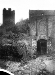Ruines du château fort - Entrée rue, intérieur