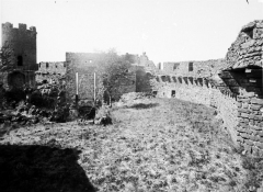 Ruines du château fort - Face intérieure, côté de l'entrée