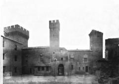 Château de l'Empéri - Ensemble sur la première cour