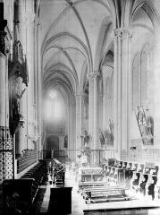 Eglise Saint-Cerneuf - Intérieur vue sur l'entrée