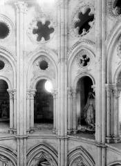 Eglise Saint-Sulpice - Arcades roses, triforium du choeur