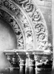 Eglise Saint-Philibert - Porche, détail