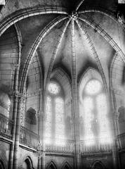 Eglise - Voûtes, fenêtres, intérieur, à l'est
