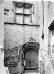 Hôtel Bernuy - Façade sur cour : Porte et fenêtre Renaissance