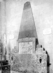 Eglise - Monument funéraire du curé du Buisson