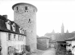 Abbaye de Charlieu - Donjon de l'ancienne enceinte de l'abbaye et entrée du prieuré