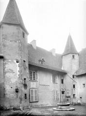 Abbaye de Charlieu - Maison abbatiale : Cour intérieure