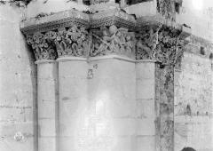 Ancienne abbaye royale de Fontevraud, actuellement centre culturel de l'Ouest - Eglise. Chapiteaux de la nef, 4e pilier nord : Saint Michel et le dragon