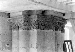 Ancienne abbaye royale de Fontevraud, actuellement centre culturel de l'Ouest - Eglise. Chapiteaux de la nef, 3e pilier nord : Homme barbu et rinceaux