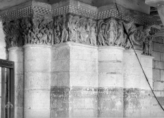Ancienne abbaye royale de Fontevraud, actuellement centre culturel de l'Ouest - Eglise. Chapiteaux de la nef, 2e pilier sud : Mise au tombeau de la Vierge