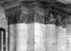 Ancienne abbaye royale de Fontevraud, actuellement centre culturel de l'Ouest - Eglise. Chapiteaux de la nef, 3e pilier sud : Homme se défendant contre un serpent et des lions