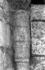 Ancienne abbaye royale de Fontevraud, actuellement centre culturel de l'Ouest - Eglise. Colonne et chapiteau des arcatures de la nef : Feuillages entrelacés