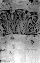 Ancienne abbaye royale de Fontevraud, actuellement centre culturel de l'Ouest - Eglise. Chapiteaux des arcatures de la nef, 2e coupole : Feuillages entrelacés