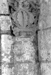 Ancienne abbaye royale de Fontevraud, actuellement centre culturel de l'Ouest - Eglise. Chapiteau des arcatures de la nef : Feuillages entrelacés