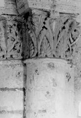 Ancienne abbaye royale de Fontevraud, actuellement centre culturel de l'Ouest - Eglise. Chapiteau des arcatures de la nef, 2e coupole : Feuillages entrelacés