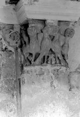 Ancienne abbaye royale de Fontevraud, actuellement centre culturel de l'Ouest - Eglise. Chapiteau des arcatures de la nef : Animaux fantastiques