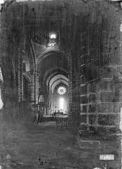 Eglise Saint-Junien - Vue intérieure de la nef vers le choeur